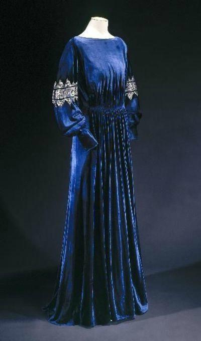 """Robe du soir """"La diva"""", hiver 1935-1936. velours de soir bleu nuit, broderies de paillettes métalliques argentées superposées. Collection Palais Galliera"""