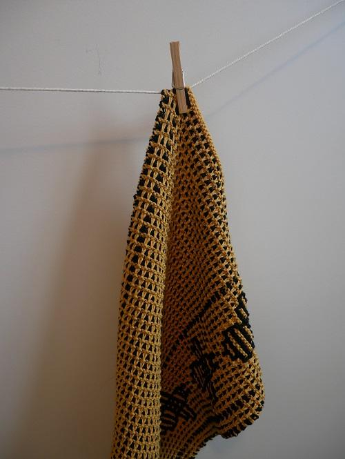 12. serviette motifs abeilles tricot mosaique