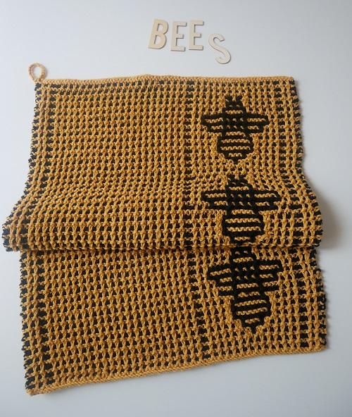 7. serviette motifs abeilles tricot mosaique