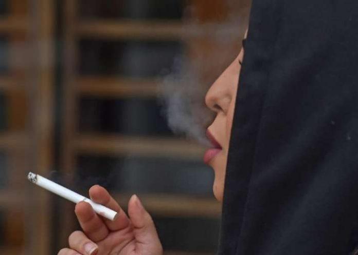 Saudi Woman Smoke In Public