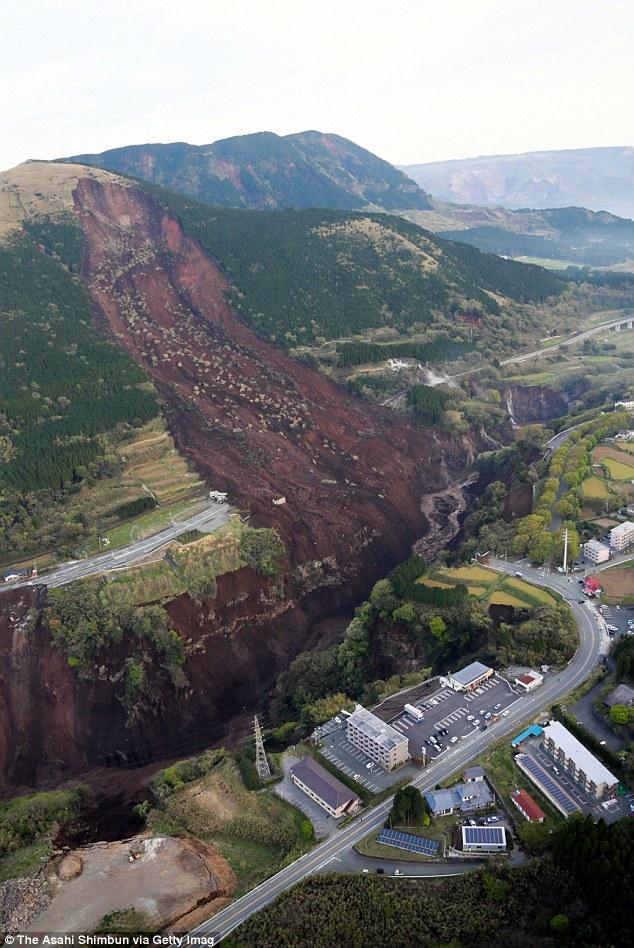 333B17E900000578-3545172-Scale_Japan_woke_up_to_scenes_of_devastation_on_Sunday_after_a_s-a-82_1460952583091.jpg