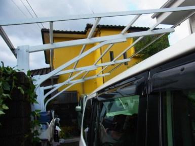 台風でトタン屋根が全て飛んだ駐車場
