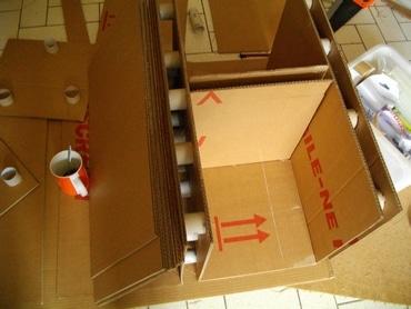 Utiliser des rouleaux de papier toilette pour renforcer du mobilier en carton