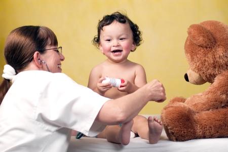 طفل يتم تحضيره لأخذ لقاح الانفلونزا