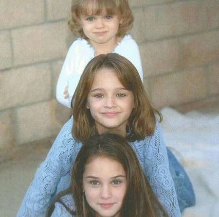 Kelli King with her sisters Joey king and Hunter king,