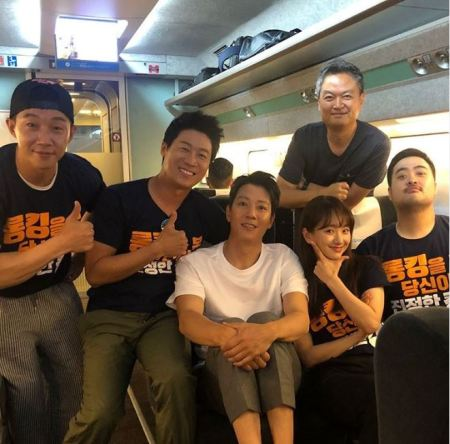 Kim Rae-won with his friends flying on the airplane.