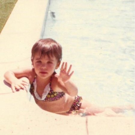 Childhood photo of Bethenny Frankel while swimming on the pool.