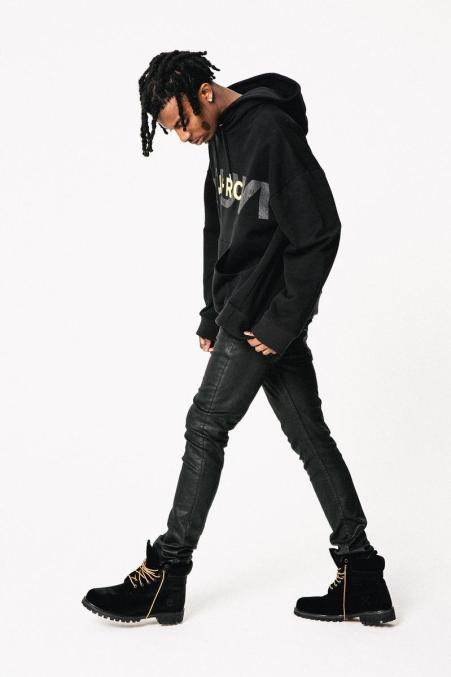 Playboi Carti pose the height of 6 feet 1 inches