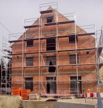 Der Rohbau eines Hauses ist wenig gemütlich. Seine Mauern sind die Grundvoraussetzung für den späteren Ausbau.