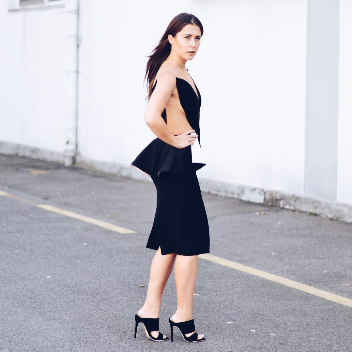 allthatchoices peggy hartanton taketwo london fashionblogger designerkleid cutoutkleid peplumkleid peplum schwarz sandaletten highheels schösschen brunette mbfw16
