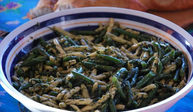 PESTO GENOVESE CON TRIOFE, FAGGIOLINI E PATATE (Pesto with pasta, green beans and potatoes)