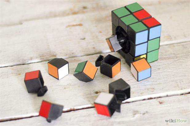 Головоломка состоит из 26 миниатюрные произведения известных как 'Кубы' или 'куби'