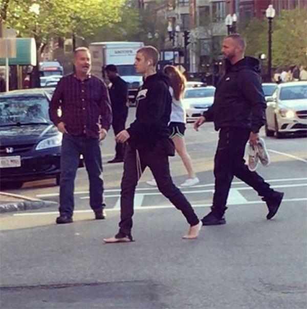 justin-bieber-barefoot-boston-park-3
