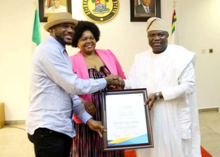 2Baba-receiving-the-AFRIMA-certificate-of-Appreciation-from-the-governor-of-Lagos-state