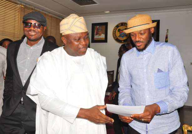 Governor-Ambode-presenting-2Baba-with-the-AFRIMA-certificate-of-Appreciation