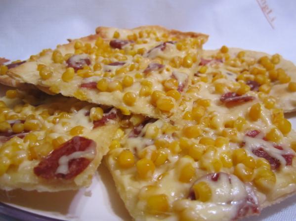 пицца с колбаской и кукурузой