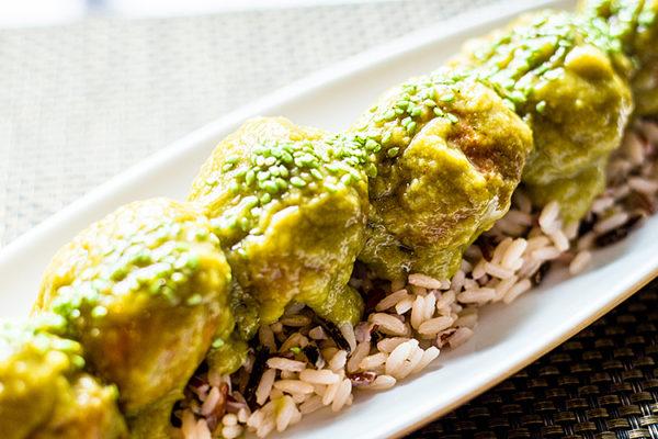 Albóndigas de merluza y gamba con curry verde y leche de coco