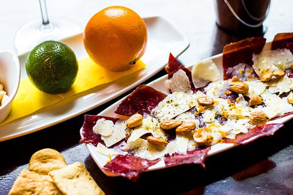 Cecina de Astorga aliñada con lascas de parmesano