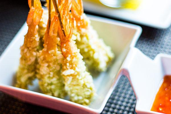 Langostinos en cruiente de arroz verde con salsa de chile dulce