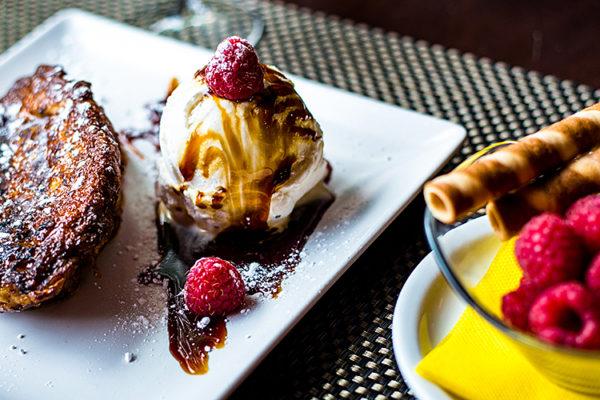 Torrija cheli caramelizada con helado