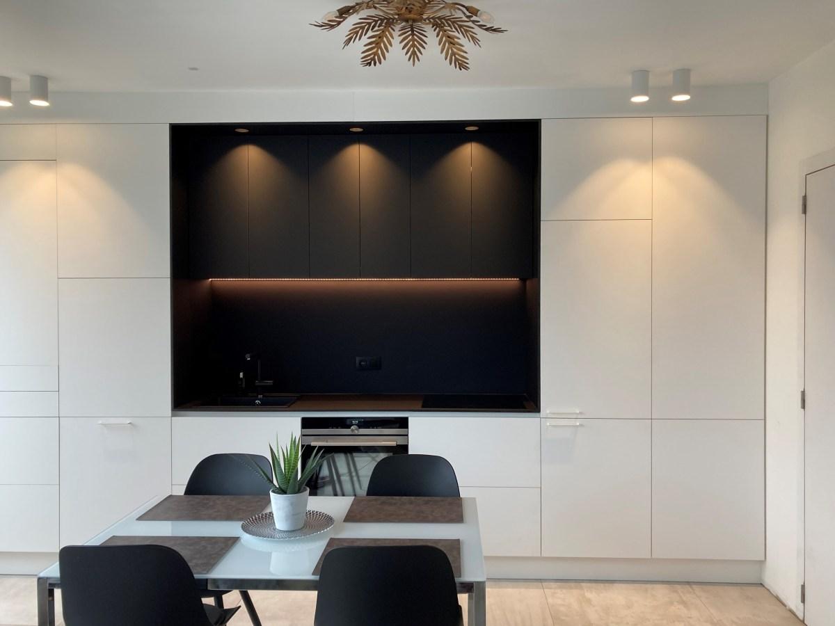 wandkast keuken vooraanzicht met lichten aan