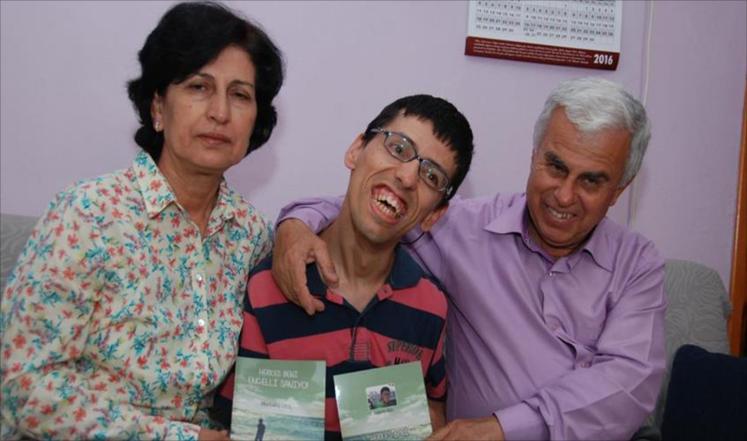 معاق تركي يدون بأنفه قصته مع الحياة ضمن كتاب استغرق 7 سنوات