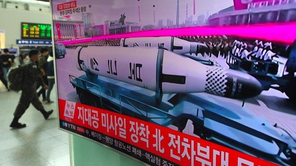 كوريا الشمالية تستعرض عضلاتها العسكرية وصاروخها الجديد