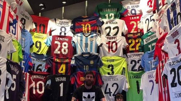 ميسي يعرض قميص نجم مغربي في متحفه الخاص
