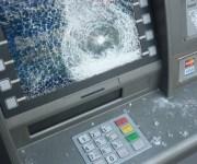 بأداة لحام وكمامة.. طالب يشرع في سرقة ماكينة صراف آلي لأحد البنوك