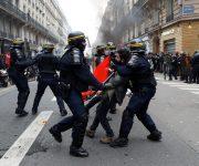 شلل بقطاع النقل الفرنسي في اليوم الثاني للإضراب ضد الحكومة