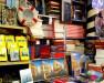 Livros nas estantes da Livraria Acqua Alta.