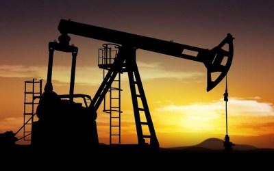 النفط يتراجع رغم انخفاض الدولار