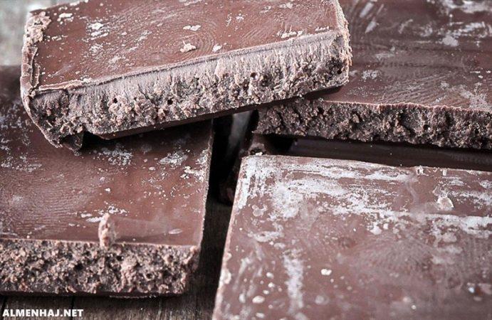 لماذا يظهر أحيانا لون أبيض على الشوكولاتة بعد تبريده