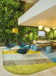rośliny na ścianie, piękne tło dla błękitów i limonkowej zieleni. Projekt HEYLIGERS Design+Projects dla firmy Nuon, Amsterdam, Holandia