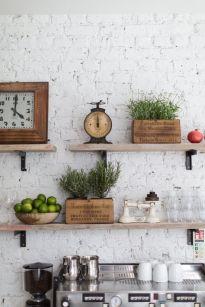 Zielone zioła z kuchni, rozmaryn, szałwia i ...limonki. Nie trzeba czasem nic malować, żadnych nowych dodatków. Tylko żywe rośliny