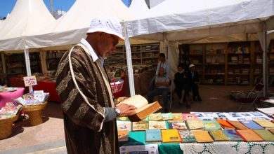 Photo of با أحمد جامع الكتب القديمة والنادرة: عندي كُتب تعود لتاريخ 1886