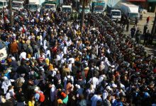 Photo of اصابات وإغماءات .. شاهد لحظة تدخل الأمن لمنع مسيرة أساتذة التعاقد