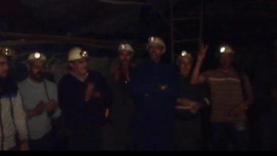 Photo of 100 عامل منجم يحتجون تحت الأرض بعمق 700 متر للمطالبة بتحسين أوضاعهم المعيشية(فيديو)