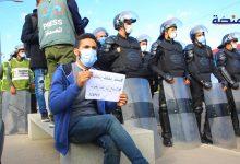 Photo of أساتذة التعاقد يحتجون وإنزال أمني كبير أمام أكاديمية البيضاء (فيديو)