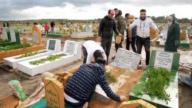 Photo of فيديو: شباب يقدمون المساعدة لترميم القبور المتضررة جراء الفيضان