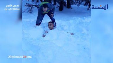 Photo of فيديو: بالسباحة والدفن في الثلج .. شاب يتحدى البرودة من شمال المغرب