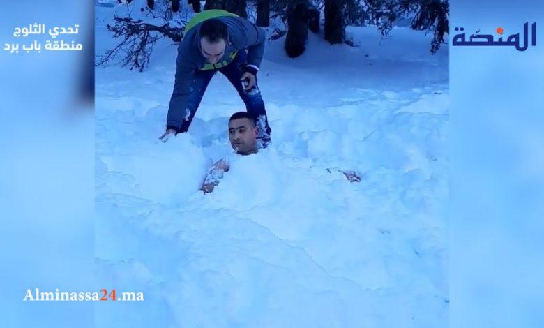 فيديو: بالسباحة والدفن في الثلج .. شاب يتحدى البرودة من شمال المغرب
