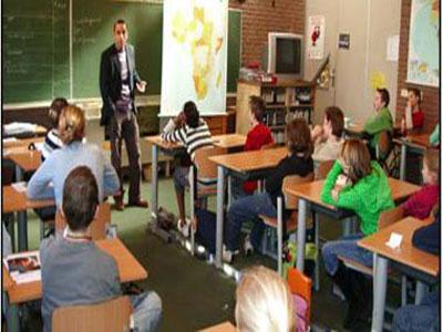 """الأولاد يرتدون """"التنورة"""" فى مدارس غرب فرنسا منعا للتمييز"""