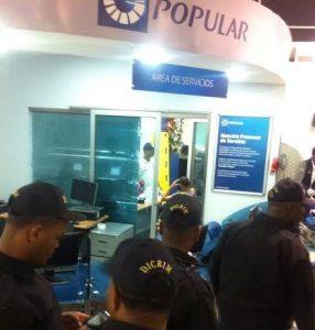 Agentes de la Policía dentro de la sucursal donde nocurrieron los hechos este lunes en la noche.