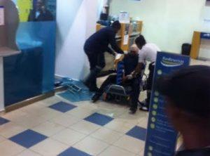 Momentos en que uno de los heridos recibía los primeros auxilios, en el interior de la sucursal asaltada.