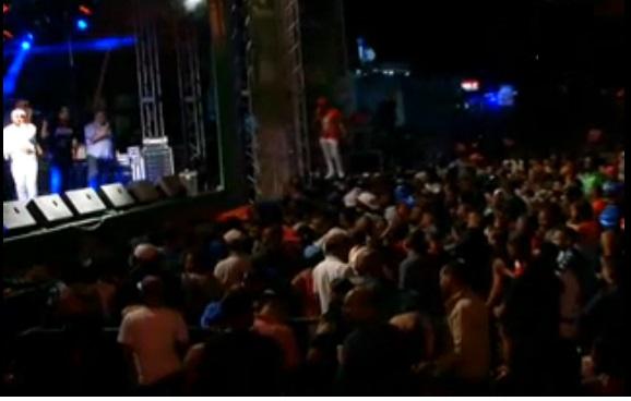 Muchos dominicanos reciben año 2017 bailandoen la calle, otros en sus casas