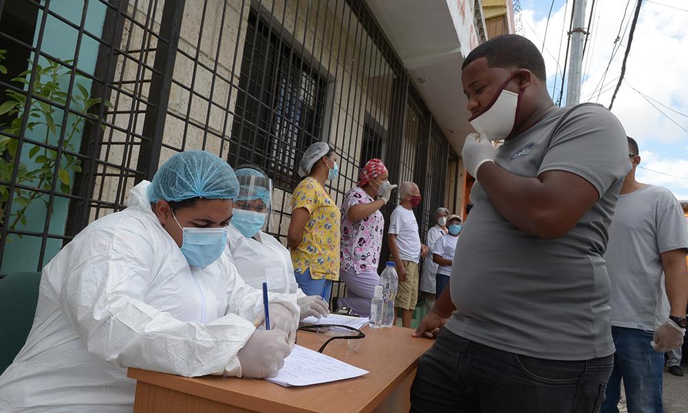 «En picada» casos diarios de COVID en RD; reportan sólo 420 y 10 muertes