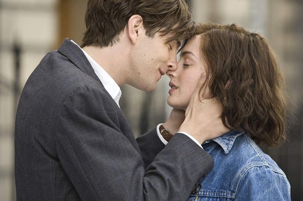 Dexter and Emma kissing in One Day (2011)