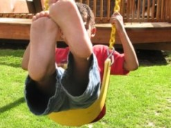 kid-on-swing