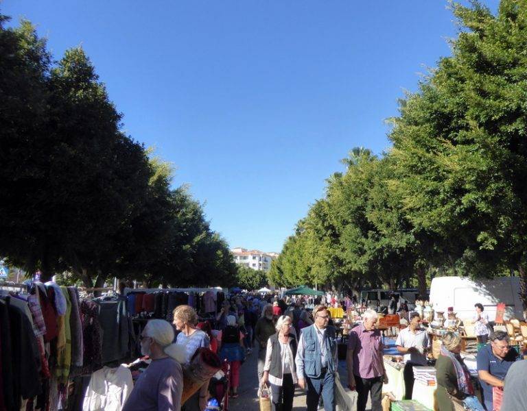 Good bargains at the Almuñécar Sunday Market or Rastro Almuñecar Domingo! This flea market is dedicated to antiques & second-hand items. Read more on AlmunecarInfo.com